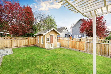 Small wooden shed in the back yard of American house. Northwest, USA Archivio Fotografico