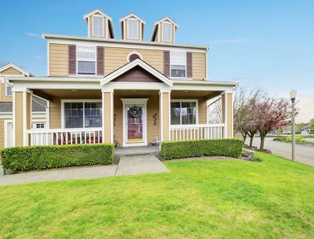 Amerikanische Haus außen mit überdachter Veranda und Spalten. Northwest, USA Standard-Bild