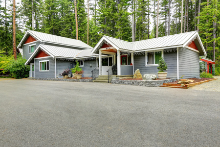 custom built: Custom built suburban house in the wood with wide concrete driveway. Northwest, USA Stock Photo