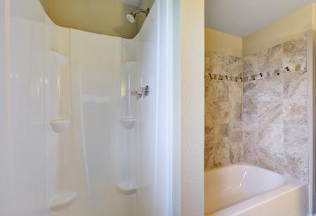 cabine de douche: Gros plan de la cabine de douche et une baignoire avec beige garniture de carrelage mural. Northwest, États-Unis Banque d'images