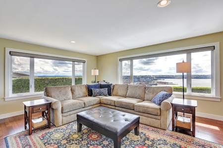 Cozy family room with colorful rug, corner sofa set and amazing view from the windows. Northwest, USA 版權商用圖片