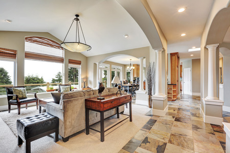 スタジオ アーチ、自然石のタイル張りの床、豪華な家の中のインテリア。米国北西部