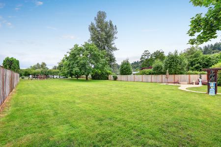 Grote ruime achtertuin gebied, gevuld met groene gras. Northwest, USA Stockfoto