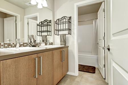 #67378878   Weißes Modernes Bad In Brandneuen Haus. Doppel Waschbecken Mit  Mosaik Fliesen Aufkantung. Northwest, USA
