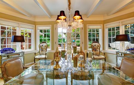 Intérieur de salle à manger de style victorien avec table en verre, chaises anciennes traditionnelles et lustre design classique. Nord-ouest des États-Unis