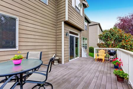 muebles de madera: Madera pasarela cubierta con barandas blancas, macetas, muebles de jardín y vista al patio trasero. Noroeste, Estados Unidos