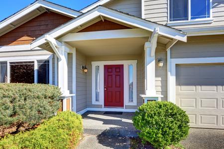 porche de entrada con puerta frontal de color rojo. Exterior de la casa. Noroeste, EE.UU.