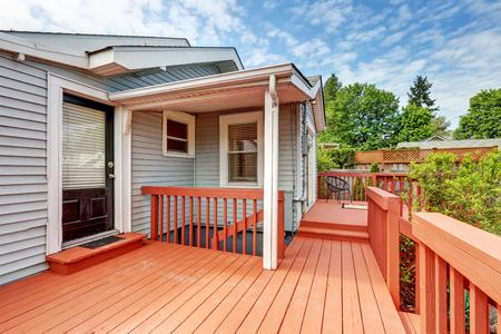 Cour arrière de la maison de l'artisan avec pont rouge. Northwest, États-Unis Banque d'images - 67384142