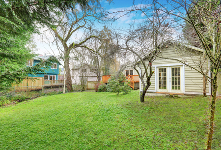 Photo of bungalow backyard with shed in late autumn. Northwest, USA Standard-Bild