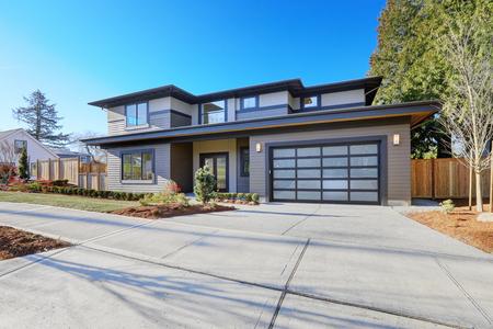 Nová výstavba domů exteriér s moderním plánu domu je k dispozici s nízkým sklonem střechy, hnědé vlečky a sklo garážová vrata. Severozápad, USA