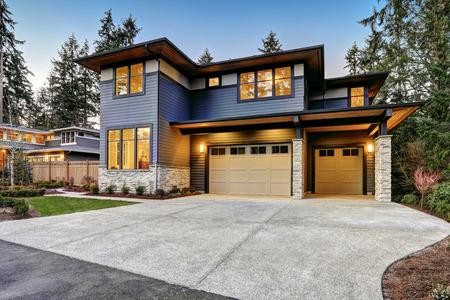 Luxueuse maison de nouvelle construction à Bellevue, WA. maison de style moderne dispose de garage de deux voitures encadré par les parements bleu et pierre naturelle garniture de mur. Northwest, États-Unis