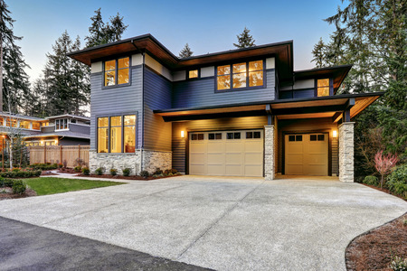 Luxueuse maison de nouvelle construction à Bellevue, WA. maison de style moderne dispose de garage de deux voitures encadré par les parements bleu et pierre naturelle garniture de mur. Northwest, États-Unis Banque d'images - 70311787
