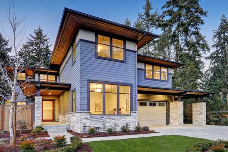 Lujosa casa de nueva construcción en Bellevue, WA. casa de estilo moderno cuenta con dos plazas de garaje enmarcado por el apartadero azul y adornos de pared de piedra natural. Noroeste, EE.UU.