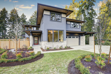 Luxury new construction home with blue siding and natural stone wall trim. Northwest, USA 免版税图像