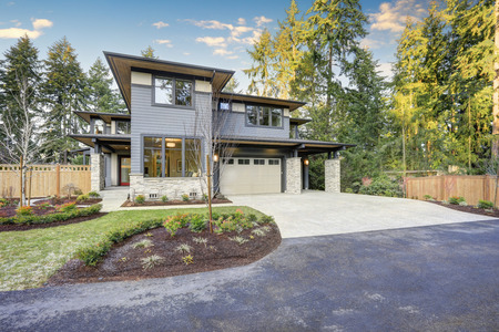 Luxury new construction home with blue siding and natural stone wall trim. Northwest, USA Stockfoto