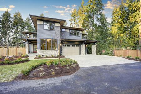 Luxe nieuwbouw huis met blauwe gevelbeplating en natuurstenen muur trim. Northwest, USA
