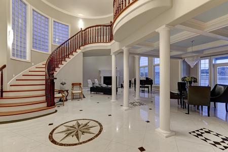 Atemberaubende geräumige Eingangs-Foyer mit Säulen rühmt sich Marmor Mosaik Fliesenboden und große Treppe mit glänzendem Holz gebogenen Geländer. Das Foyer flankiert von formalen Speisesaal und Wohnzimmer. Nordwest, USA