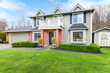 Lovely blassgrün Colonial home Features rote Backstein Veranda mit Säulen, angeschlossene Garage, Schuppen und gut gepflegten Vorgarten. Nordwest, USA
