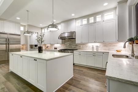 グルメ キッチン機能ホワイト シェーカー大理石のカウンター トップ、キャビネットは、地下鉄タイル backsplash、ステンレス鋼の冷蔵庫、豪華な台所