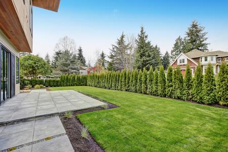 Bellevue modern home, back yard. Northwest, USA Stok Fotoğraf