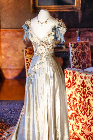 ASHEVILLE, NORTH CAROLINA - MARCH 4, 2017: Biltmore House Breakfast Room is the setting for displaying the costumes from the film, Sense and Sensibility, 1995. 新聞圖片