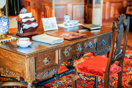 ASHEVILLE, NOORD-CAROLINA - MAART 4, 2017: De kostuumexpositie van Biltmore met de originele inzameling van meubilair en antiquiteiten van de Vanderbilt-familie.