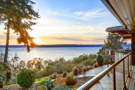 puget: Modern two story panorama house with wraparound deck. Awesome sunset view of Puget Sound. Northwest, USA Stock Photo