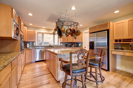 Light Perfectly designed kitchen with granite counters, maple cabinets, eating bar and walk-in pantry. Northwest, USA Stock Photo