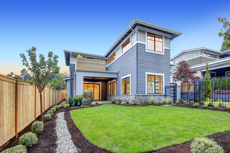 Exterior of grey blue craftsman style home with Welcoming backyard and covered patio. Northwest, USA Banque d'images
