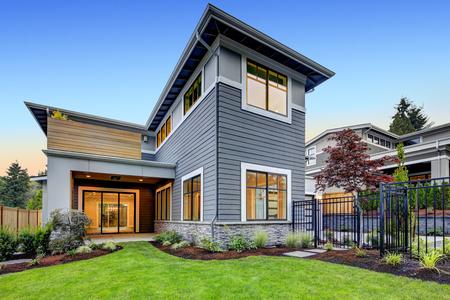 Extérieur de maison de style artisan bleu gris avec aménagement paysager joliment stratifié. Northwest, États-Unis Banque d'images - 90024687