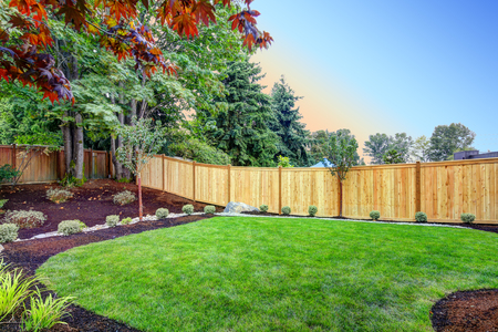 Vista de un patio trasero atractivo con nuevas camas de plantación y césped bien cuidado. Noroeste, EE. UU. Foto de archivo