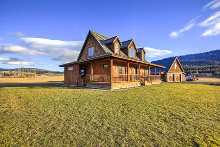 Hermoso exterior de casa estilo rancho en un día soleado con cielo azul. Noroeste, Estados Unidos.