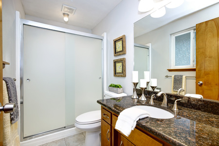Remodeled bathroom with granite counter top vanity and glass shower Stockfoto - 112698355