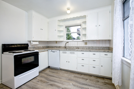 Vintage classic american kitchen room of the Mid Century with pure white cabinets. Stockfoto