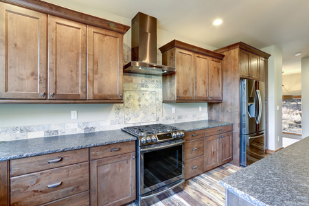 Luxurious open plan kitchen design with large center island, granite counter tops and stainless steel appliances. Zdjęcie Seryjne - 114013266
