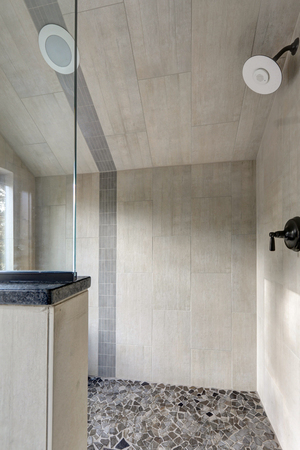 Country bathroom interior with vertical ivory subway tile shower surround . Zdjęcie Seryjne - 114014826