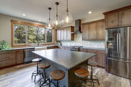Luxurious open plan kitchen design with large center island, granite counter tops and stainless steel appliances. Stockfoto - 114014833