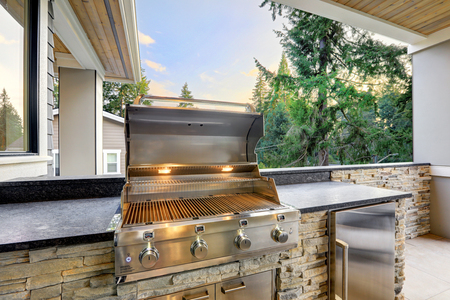 Closeup view of opened barbecue grill at outdoor patio Stockfoto - 118547121