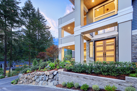 Modern house exterior with high ceiling front porch in the suburbs of North America Stockfoto - 118547126