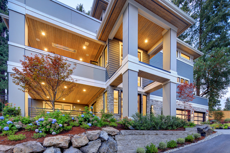 Modern house exterior with high ceiling entrance porch and perfectly designed landscape. Stockfoto - 118547133