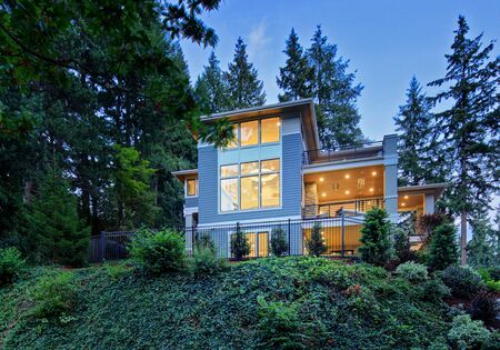 Modern house exterior in the suburbs of Bellevue, North America Standard-Bild