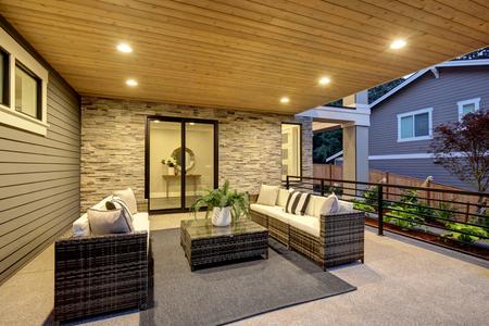 Luxury covered patio with stone fireplace and cozy interior Zdjęcie Seryjne - 118547151