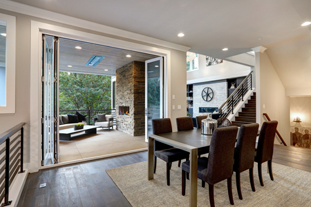 Luxurious dining room with view of outdoor living area. Zdjęcie Seryjne - 118547157