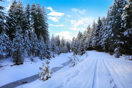 SNow covered beautiful old American rustic country side landscape with bridge, trail and water canal. Peaceful and inspiring. Banque d'images - 143006817
