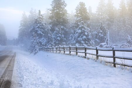 Winter old American Country side landscape with rustic houses, cars and fences covered in snow. Banque d'images - 142944682