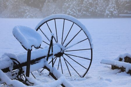 Winter old American Country side landscape with rustic houses, cars and fences covered in snow. Banque d'images - 143006820