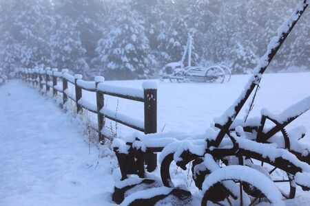 Winter old American Country side landscape with rustic houses, cars and fences covered in snow. Banque d'images - 143006900
