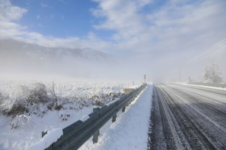 Winter old American Country side landscape with rustic houses, cars and fences covered in snow. Banque d'images - 143006902