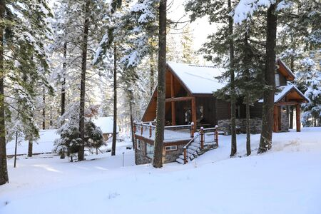 Winterland with pine trees and house exterior in the mountains. Banque d'images - 142943914