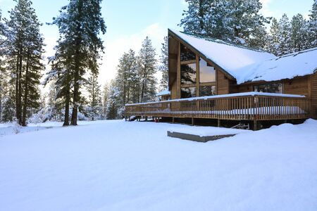 Winterland with pine trees and house exterior in the mountains. Banque d'images - 142950230